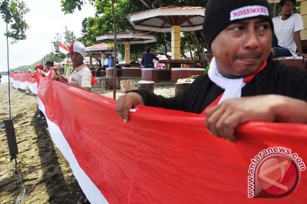 Masyarakat Pesisir Mamuju Bentangkan Bendera 350 Meter