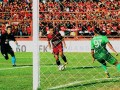 Pesepakbola bola PSM Makassar Ferdinan Sinaga (tengah) melewati penjaga gawang PS TNI Dhika Bayangkara (kiri) dalam lanjutan Gojek Traveloka Liga 1 di Stadion Andi Mattalatta, Makassar, Sulawesi Selatan, Minggu (10/9). Tuan rumah PSM Makassar menang melawan PS TNI dengan skor 4-1 (2-0). ANTARA FOTO/Abriawan Abhe/pd/17