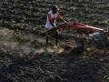 Petani membajak sawahnya yang mengalami kekeringan di Persawahan Samata Gowa, Sulawesi Selatan, Selasa (12/9). Sebagian besar petani di daerah tersebut terpaksa menjadikan sawahnya menjadi kebun sayur akibat rendahnya curah hujan dalam beberapa bulan terakhir serta minimnya irigasi di daerah tersebut. ANTARA FOTO/Yusran Uccang/pd/17