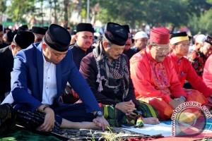 Gubernur Shalat Id Bersama Keluarga Kesultanan Malaysia