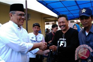 Ketua DPRD Sulsel Bagikan Daging Kurban