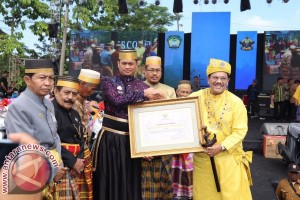 Bupati Gowa Sematkan Gelar Kepada Kesultanan Malaysia
