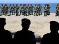 Sejumlah prajurit Batalyon Marinir Pertahanan Pangkalan (Yonmarhanlan) VI Makassar mengikuti upacara kenaikan pangkat di Pantai Galesong, Kabupaten Takalar, Sulawesi Selatan, Selasa (10/10). Upacara kenaikan pangkat prajurit Yonmarhanlan VI diikuti 12 prajurit yang terdiri dari dua perwira, empat bintara, dan enam tantama. ANTARA FOTO/Abriawan Abhe/kye/17