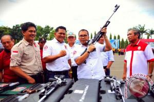 Wali Kota Makassar Hadiahkan Senjata Pada Perbakin