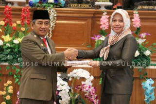 Gubernur Sulbar serahkan dua renperda ke DPRD