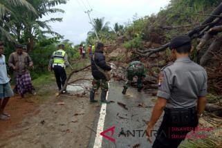 Longsor tutup jalan trans Sulawesi di Majene