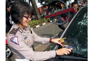 Polres Majene bagikan stiker keselamatan bagi pengguna jalan