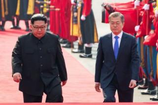 Senyuman dan jabat tangan warnai mulainya pertemuan pemimpin Korea