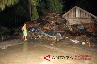 Rumah warga di Mamuju ambruk ke sungai