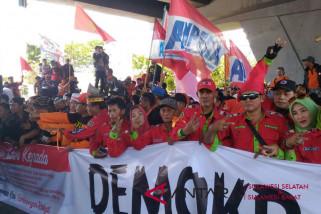 Massa petahana Wali Kota Makassar unjuk rasa