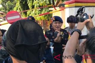 Dansat Brimob mengecek kondisi bawahannya di Lombok