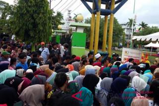 Presiden Jokowi bagikan sertifikat di kampung Habibie