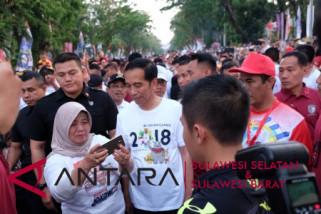Presiden Jokowi jalan sehat bersama warga Makassar