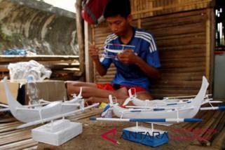 Perajin miniatur perahu Sandeq