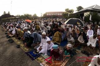 Warga Makassar Shalat Idul Adha di stadion