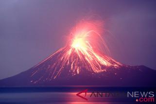 Gunung Anak Krakatau semburkan lava pijar