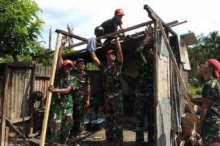 Satgas Yonif PR 501 Kostrad perbaiki rumah warga Papua