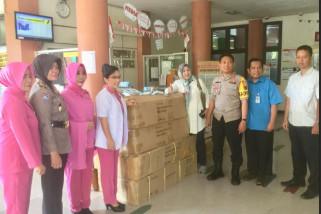 Kapolres Pelabuhan Makassar serahkan 104 tongkat korban gempa