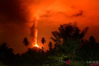 Gunung Soputan masih erupsi hingga Kamis pagi