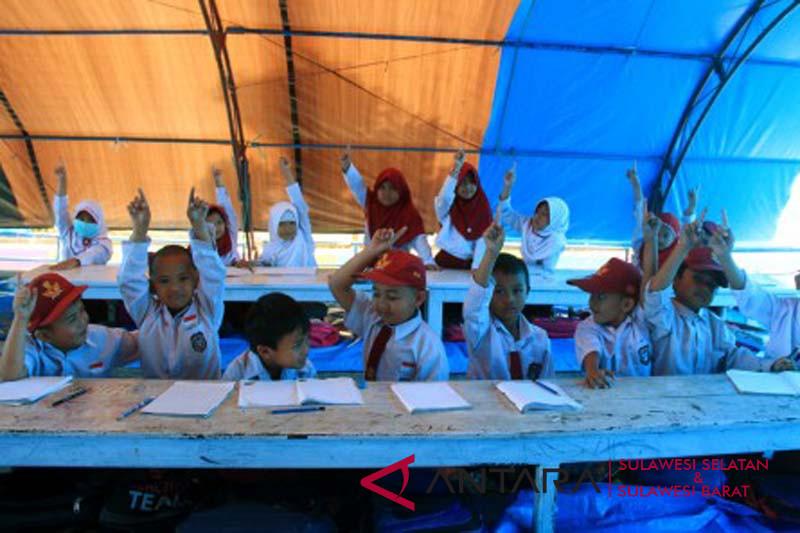 Sekolah darurat pascagempa Mamasa