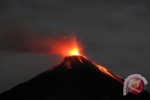 Guguran lava Gunung Karangetang menjangkau empat kali