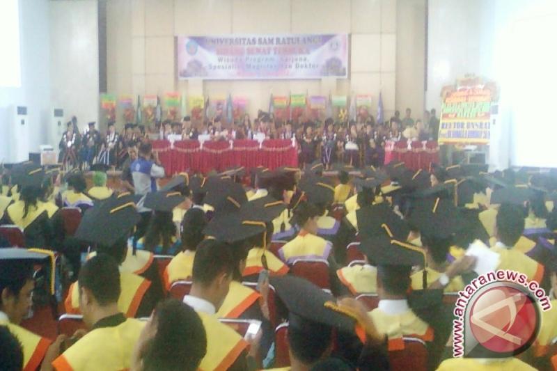 Unsrat Manado mewisuda 898 lulusan