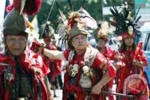 Atraksi seni budaya warnai festival Watu Pinawetengan