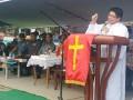 Sekretaris Umum GMIM Pdt Arthur Rumengan, STh, saat memimpin selebrasi ibadah Paskah dan HUT ke 87 Pemuda GMIM di Treman Minaasa Utara. (Allen)