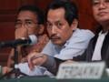 Terdakwa, Syarif hidayatulo (tengah) dan Wahyudi (kiri) dari empat terdakwa didampingi penasehat hukumnya ketika sidang dugaan korupsi mark up lahan Badan Pemerikasaan Keuangan (BPK) RI Sulut, di Pengadilan Negeri (PN) Manado, Sulawesi Utara, Rabu (24/7). Sidang tersebut merupakan sidang lanjutan mendengarkan saksi atas kasus itu. FOTO ANTARA/Fiqman Sunandar
