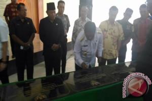 Gubernur Resmikan Proyek Air Bersih Region Timur