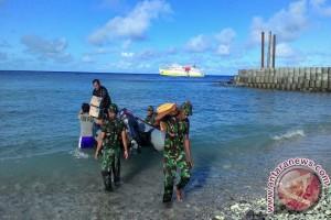 Anggota Koramil Miangas bantu bongkar muat barang