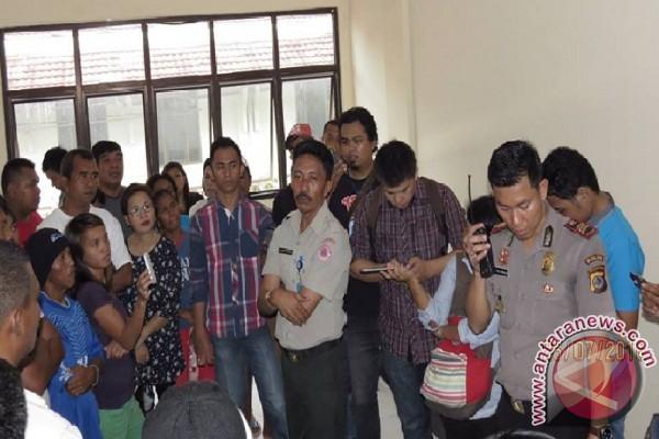 Warga Dendal tuntut pembatalan penyaluran bantuan   bencana
