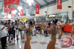 Bandara - Turis Tiongkok Dilepas Dengan Kesenian Daerah