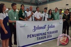 Bandara Samrat Apresiasi Penumpang Terakhir Tahun 2016