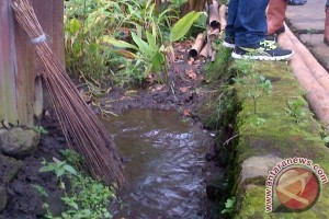 Air Muncul Di Delapan Rumah Warga Paslaten-Tomohon