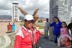 Burung Manguni andalan berfoto di Benteng Moraya