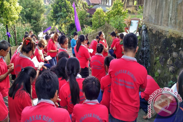 Umat Katolik Jalan Salib Keliling Kampung