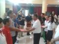 Wakil Bupati Minahasa Utara Joppi Lengkong saat memberikan penghargaan berupa bingkisan kepada para pendonor yang telah beberapa kali menyumbangkan daranya di hari donor darah sedunia, Rabu (14/6). Di hari donor darah sedunia itupun, dirangkaikan kegiatan donor darah yang terpusat di kantor Pemkab Minahasa Utara, yang diikuti sedikitnya 80-an pendonor.ANTARA FOTO/Melky
