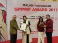 Bupati Minahasa Utara Vonnie A Panambunan terima penghargaan dari Pembina Capt. Albert Lapian dan Ketua Umum DPP GPPMP Jeffrie Massie.atas dedikasi dan Kepedulian terhadap peningkatan kesejahteraan masyarakat juga sebagai salah satu sosok pemimpin wanita tangguh dalam memperjuangkan hal-hal yang berhubungan dengan kepentingan Rakyat di Jakarta, Jumat (16/6). Bupati Minahasa Utara merupakan salah satu Penerima dari delapan penghaargaan yang disiapkan oleh Pengurus Pusat DPP Generasi Penerus Pejuang Merah Putih 14 Februari 1946, dimana penerima lainnya yakni Walikota Bitung, Walikota Manado,  Bpk. VENCE Rumangkang, Jacob Kumaat dll.(ANTARA FOTO/Melky/Humas Pemkab Minut