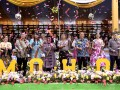 Wakil Gubernur Sulut Steven Kandou (kedua kiri), Deputi Bidang Pengembangan dan Pemasaran Wisata Nusantara Kementerian Pariwisata Esthy Reko Astuti (keempat kiri), Kapolda Sulut Irjen Pol. Bambang Waskito (keempat kanan), Walikota Tomohon Jimmy Eman (ketiga kanan) dan Wakil Walikota Tomohon Syerly Sompotan (kiri) membuka Tomohon International Flower Festival (TIFF) 2017 di Tomohon, Sulawesi Utara, Selasa (8/8). Agenda pariwisata tahunan tersebut dilaksanakan untuk menarik minat wisatawan domestik dan mancanegara, serta meningkatkan perekonomian masyarakat untuk sektor industri kreatif dan agrowisata. ANTARA FOTO/Adwit B Pramono/ama/17.