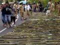 Warga berjalan di samping jajaran Nasi Jaha di Tomohon, Sulawesi Utara, Senin (7/8). Kegiatan dalam rangka Tomohon International Flower Festival (TIFF) 2017 tersebut menghabiskan 15.165 liter beras, 10.110 butir kelapa untuk bahan santan serta 20.220 batang bambu yang dibentangkan sepanjang 12 km, yang berhasil mendapatkan rekor MURI kategori Nasi Jaha terpanjang. ANTARA FOTO/Adwit B Pramono/aww/17.