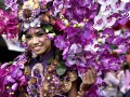 Seorang wanita mengenakan kostum berhias bunga pada kegiatan karnaval Tomohon International Flower Festival (TIFF) 2017 di Tomohon, Sulawesi Utara, Selasa (8/8). Agenda pariwisata tahunan tersebut dilaksanakan untuk menarik minat wisatawan domestik dan mancanegara, serta meningkatkan perekonomian masyarakat untuk sektor industri kreatif dan agrowisata. ANTARA FOTO/Adwit B Pramono/ama/17.