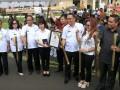 Walikota Tomohon Jimmy Eman (ketiga kanan) didampingi Wakil Walikota Tomohon Syerly Sompotan (kedua kanan) menerima piagam Museum Rekor Indonesia (MURI) di Tomohon, Sulawesi Utara, Senin (7/8). Kegiatan dalam rangka Tomohon International Flower Festival (TIFF) 2017 tersebut menghabiskan 15.165 liter beras, 10.110 butir kelapa untuk bahan santan serta 20.220 batang bambu yang dibentangkan sepanjang 12 km, yang berhasil mendapatkan rekor MURI kategori Nasi Jaha terpanjang. ANTARA FOTO/Adwit B Pramono/aww/17.