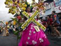 Peserta memeragakan kostum berhias bunga pada Tomohon International Flower Festival (TIFF) 2017 di Tomohon, Sulawesi Utara, Selasa (8/8). Agenda pariwisata tahunan tersebut dilaksanakan untuk menarik minat wisatawan domestik dan mancanegara, serta meningkatkan perekonomian masyarakat untuk sektor industri kreatif dan agrowisata. ANTARA FOTO/Adwit B Pramono/ama/17.