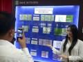 Seorang wanita berfoto dengan latar spesimen uang Rupiah edisi khusus (uncut) yang di launching di Kantor Perwakilan Bank Indonesia (BI) Sulut, Manado, Sulawesi Utara, Kamis (17/8).  Uang Rupiah khusus emisi 2016 merupakan sarana perkembangan numismatika (koleksi uang) yang diresmikan bertepatan pada HUT RI untuk mengenang jasa para pahlawan, dengan nominal yang berbeda dari nilai jualnya, serta terdiri dari beberapa lembar uang bersambung (tidak dipotong). ANTARA FOTO/Adwit B Pramono/foc/17.