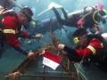 Beberapa penyelam mengikat terumbu karang ke modul di Pantai Malalayang, Manado, Sulawesi Utara, Kamis (17/8). Tidak kurang dari 500 bibit terumbu karang ditransplantasikan bertepatan pada HUT RI sebagai bagian dari program CSR Pertamina Lubricant untuk menyelamatkan ekosistem laut. ANTARA FOTO/Adwit B Pramono/foc/17.