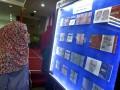 Pengunjung memperhatikan spesimen uang Rupiah edisi khusus (uncut) yang di launching di Kantor Perwakilan Bank Indonesia (BI) Sulut, Manado, Sulawesi Utara, Kamis (17/8).  Uang Rupiah khusus emisi 2016 merupakan sarana perkembangan numismatika (koleksi uang) yang diresmikan bertepatan pada HUT RI untuk mengenang jasa para pahlawan, dengan nominal yang berbeda dari nilai jualnya, serta terdiri dari beberapa lembar uang bersambung (tidak dipotong). ANTARA FOTO/Adwit B Pramono/foc/17.