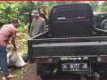 Oknum hukum tua salah satu desa di Kabupaten Minahasa Tenggara yang kedapatan dengan sengaja membuang sampah di ruas jalan Sonder-Leilem. Setelah diberikan teguran, sampah-sampah tersebut langsung diangkat kembali oleh bersangkutan.