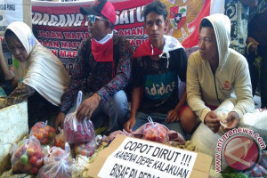 Pedagang Bersehati Demo Bawa Jualan ke Kantor Wali Kota