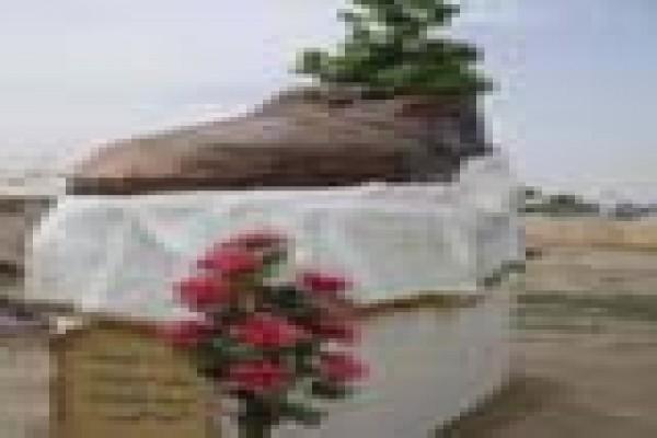 PATUNG RAKSASA UNTUK MENGHORMATI PELEMPAR SEPATU IRAK